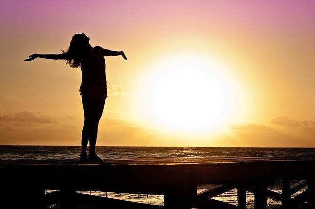 žena užívající si západ slunce