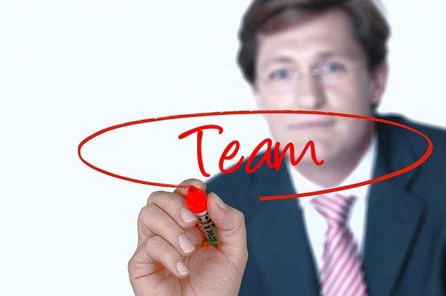 muž, červená tužka, team