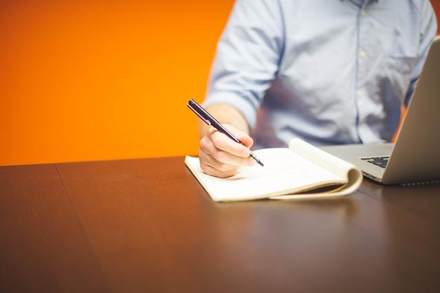 notebook, tužka, papír, muž