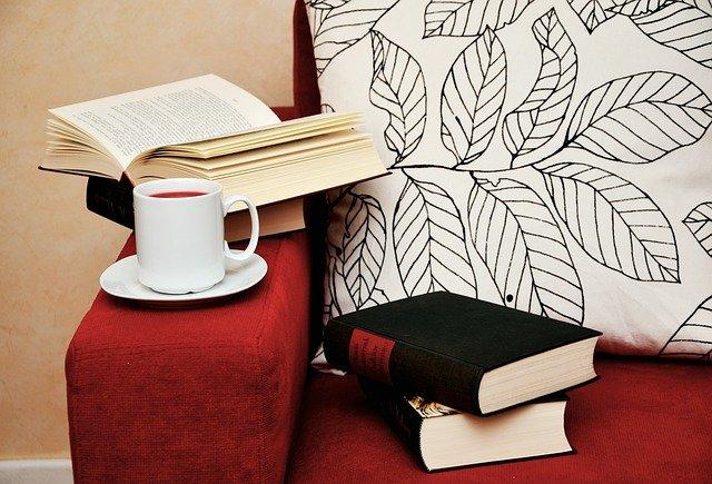 knihy, sedačka, čaj