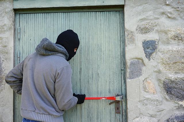 zloděj při vloupání.jpg