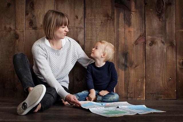 mamka s dítětem u mapy