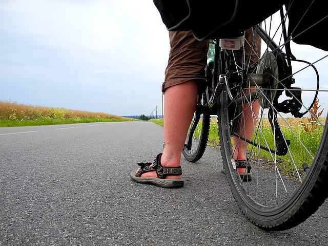 cyklista v sandálech