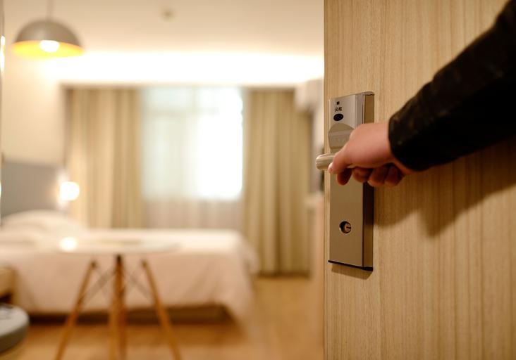 vstup do hotelového pokoje