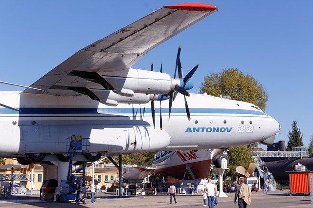 lidé přicházejí k letadlu antonov