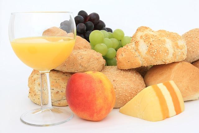 pečivo, ovoce a džus