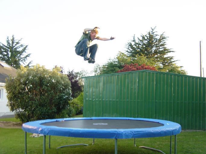 skákání vysoko na trampolíně se nemusí vyplatit, když není ochranná síť
