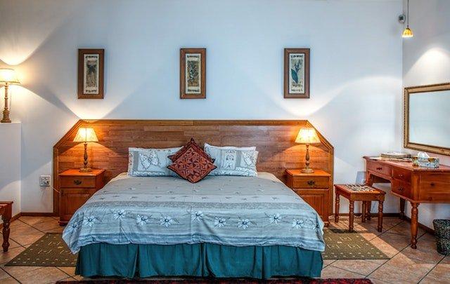 skromně a vkusně zařízená ložnice s dvojlůžkem