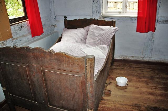 Stará postel z dřevěného masivu
