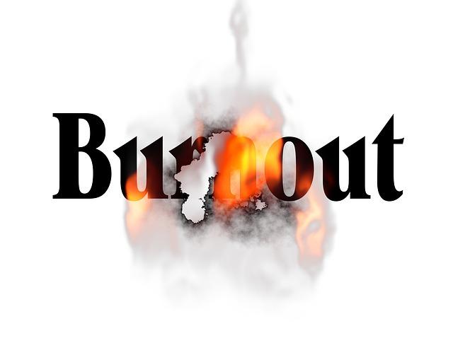 Vyhoření znázorněno slovem v plamenech