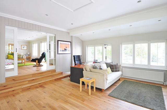 dřevěná podlaha v bytě.jpg