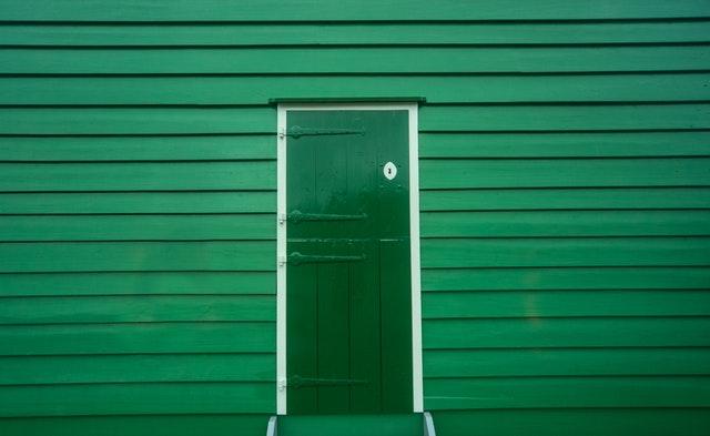zelená garážová vrata s dveřmi