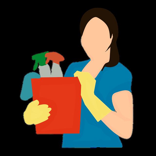 Žena držící v rukou kbelík s úklidovými prostředky