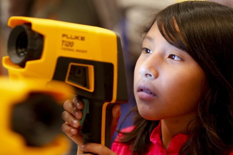 měření s termokamerou zvládne každý – dívka co drží termokameru.jpg
