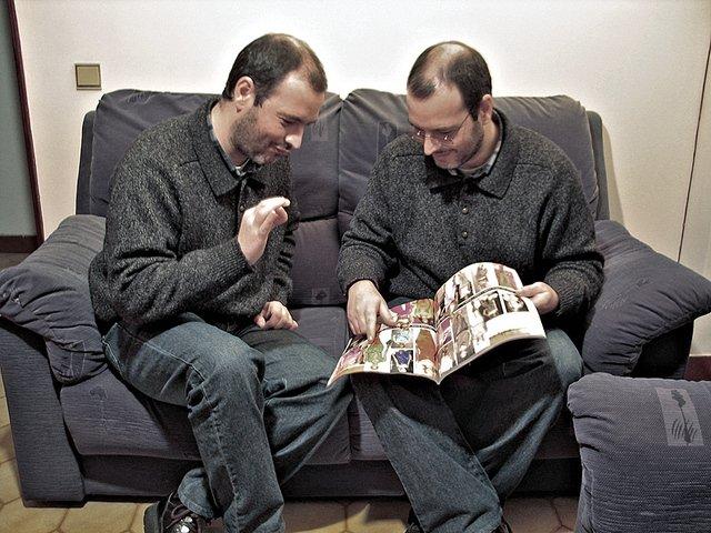 dva muži nad módním časopisem