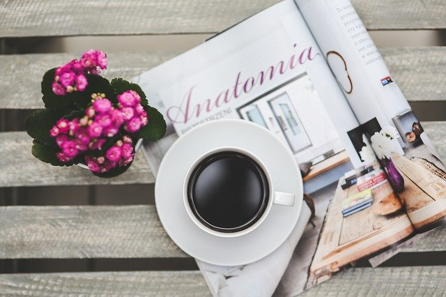 čtení magazínu u kávy