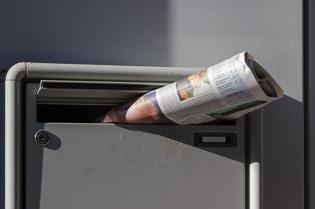 poštovní schránka s novinami