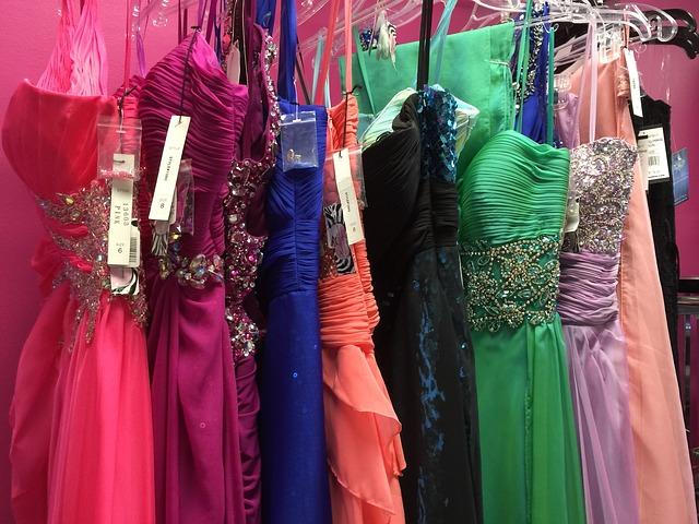 třpytkavé a zdobené maturitní šaty pro slečny