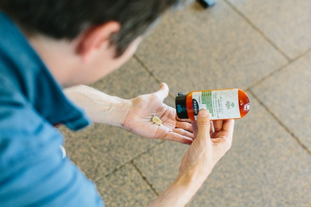 muž konzumuje léky