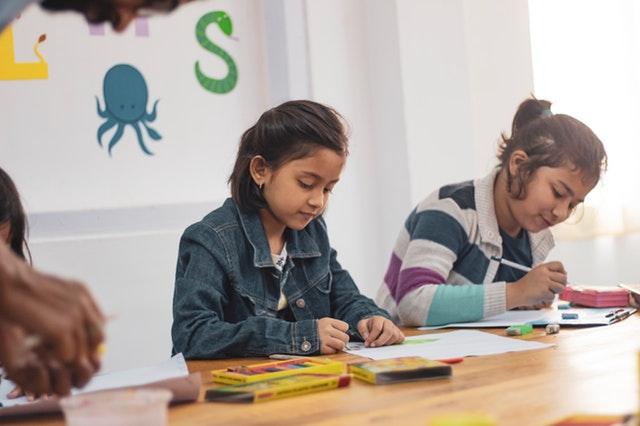 děti tvoří výtvarnými technikami